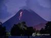 머라삐 화산 하루 22차례 분출…용암 흘러