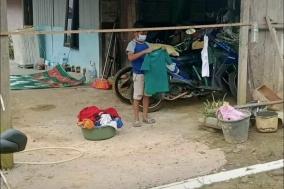 인도네시아 10세 소년, 코로나로 부모 잃고 홀로 자가격리