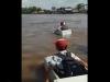 인도네시아 '스티로폼 박스' 타고 강 건너는 학생들에 시끌