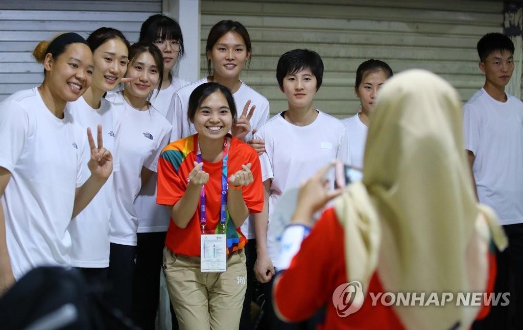 11일 단일팀과 자원봉사자.jpg