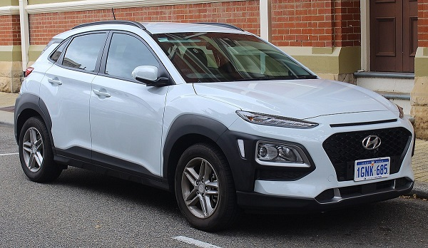 1200px-2018_Hyundai_Kona_(OS_MY18)_Active_2WD_wagon_(2018-10-12)_01.jpg