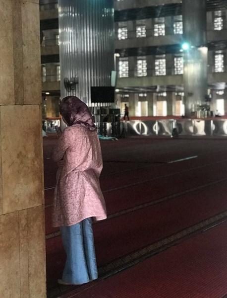 이슬람사원 기도하는 여인.jpg
