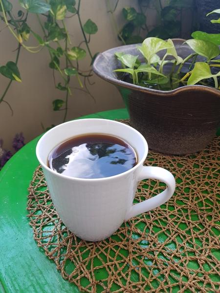 인작 칼럼 홍윤경 커피 한 잔.jpg