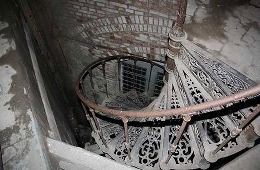 라왕세우 지하계단.jpg
