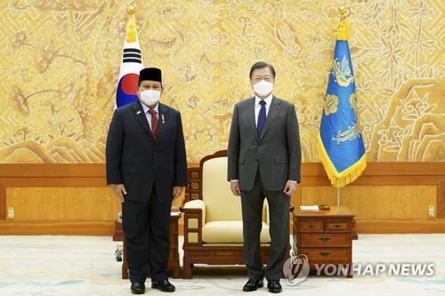 11일 전투기 문재인 대통령과 쁘라보워 장관.jpg