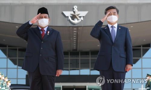 11일 전투기 서욱 장관과 쁘라보워 장관.jpg